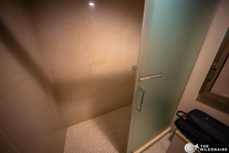 emirates lounge paris dusche