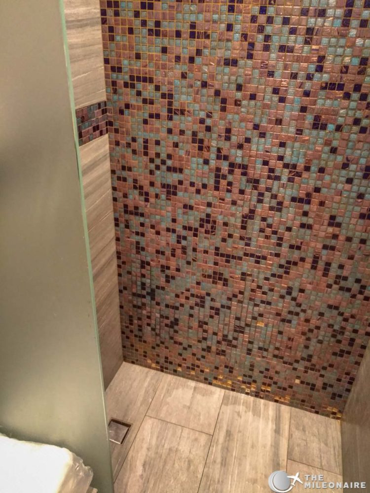 emirates lounge shower