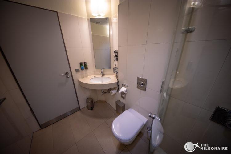 lufthansa business lounge frankfurt shower