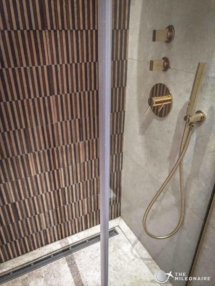shower oman air lounge